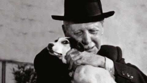 Un uomo e il suo cane.